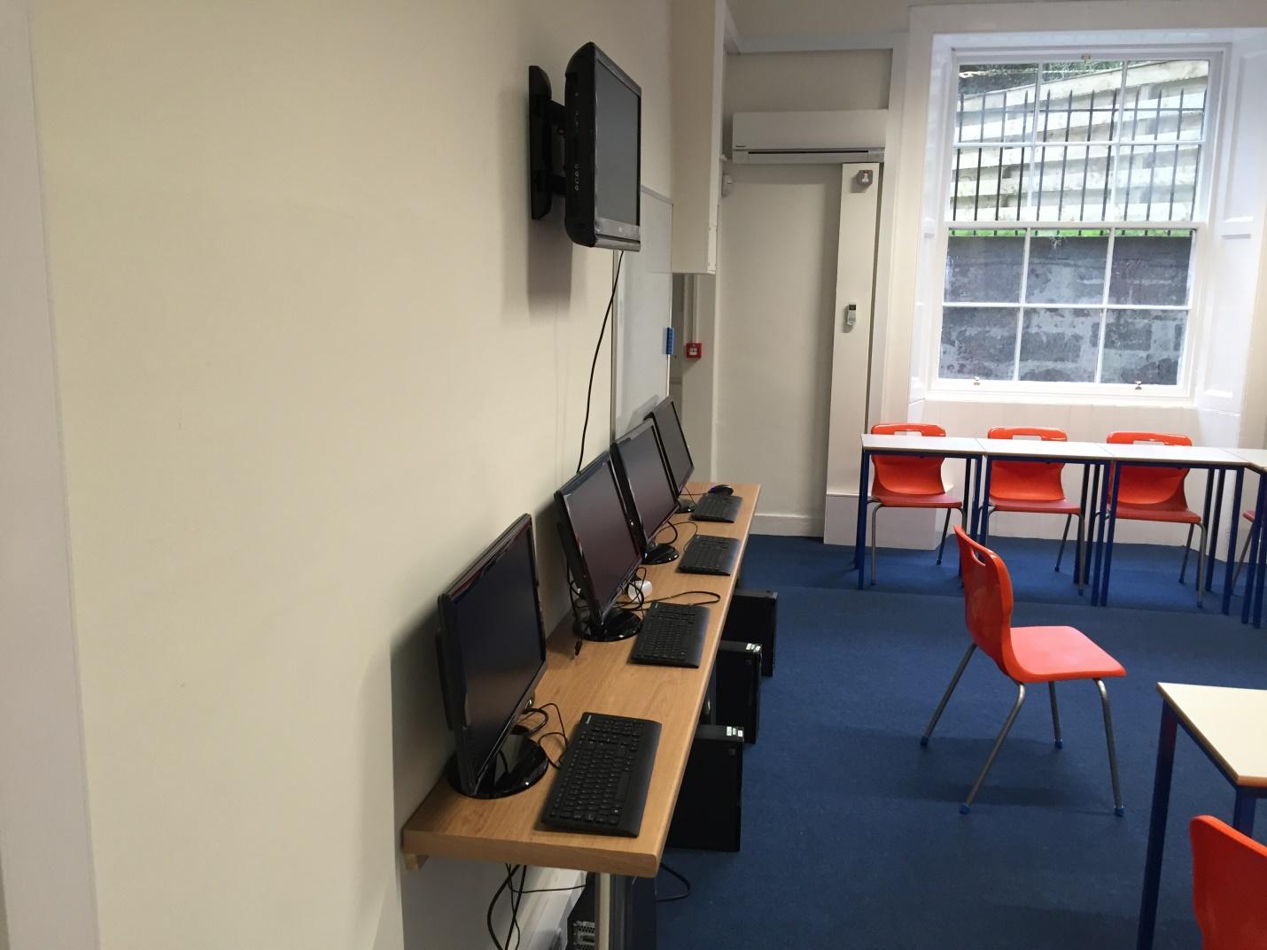 https://www.ces-schools.com/images/default-source/edinburgh-facilities/ces-edinburgh---computer-room.jpg?sfvrsn=17